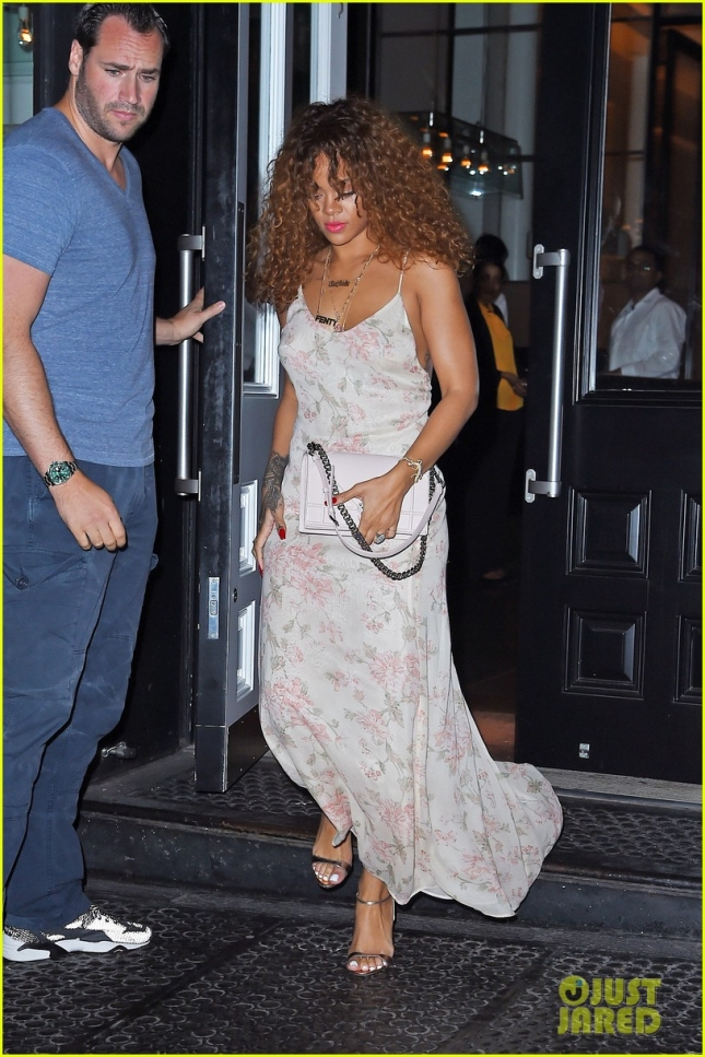 rihanna-goes-braless-for-late-night-new-york-dinner-01