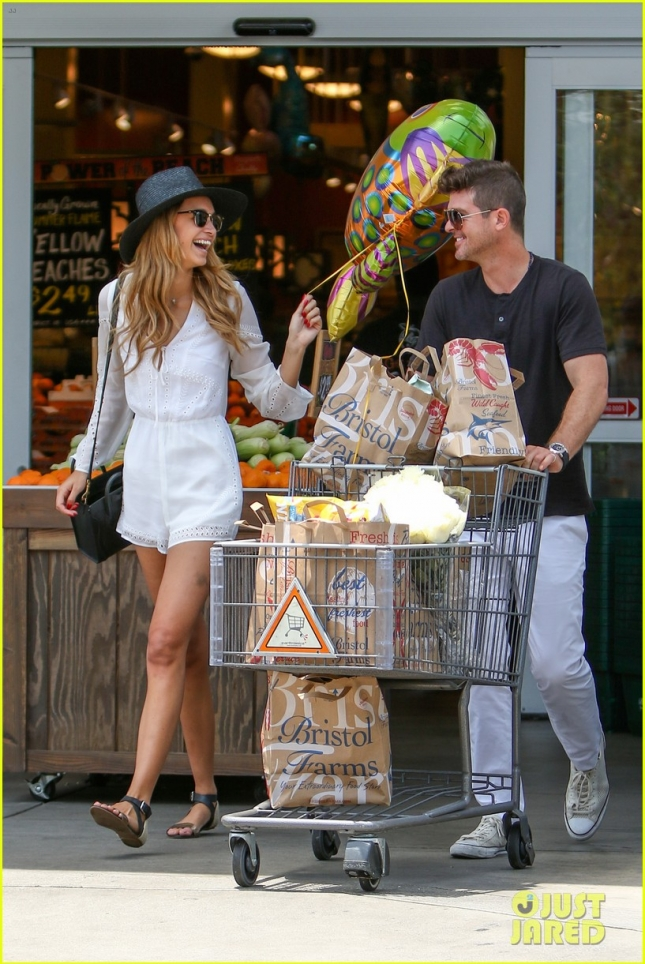 robin-thicke-april-love-geary-loves-grocery-shopping-03