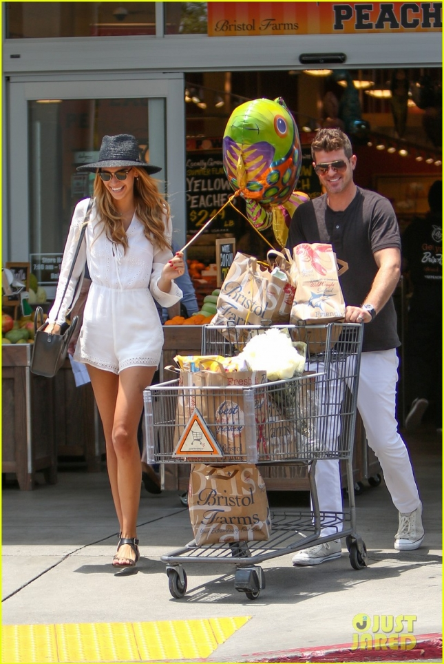robin-thicke-april-love-geary-loves-grocery-shopping-05