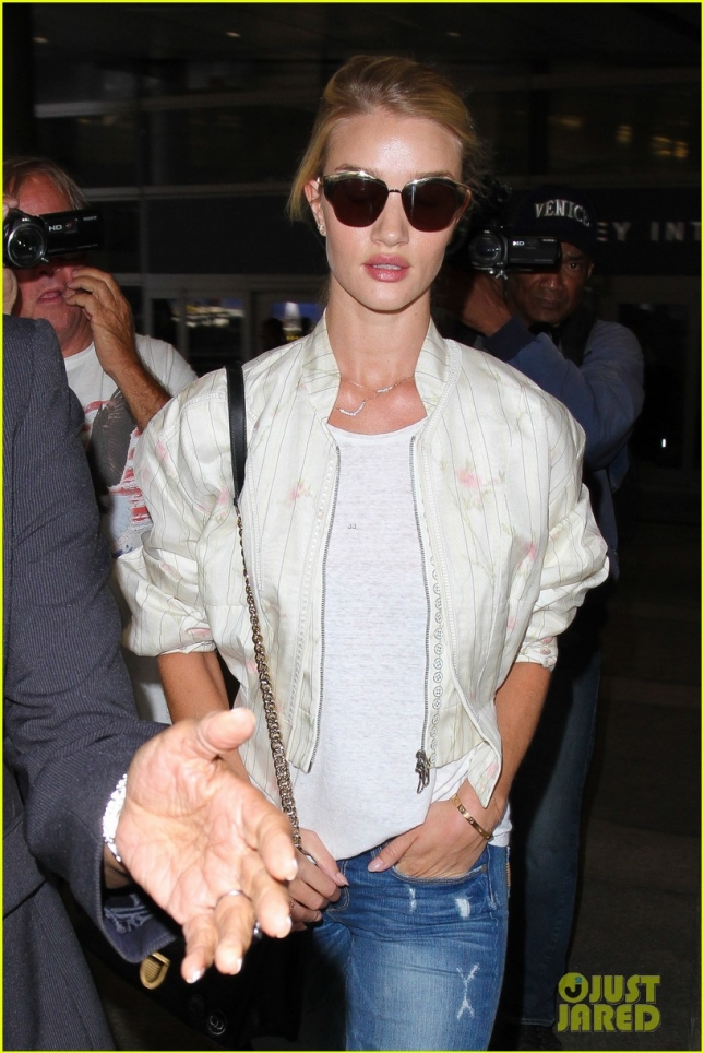 rosie-huntington-whiteley-arrives-LAX-after-paris-fashion-week-16
