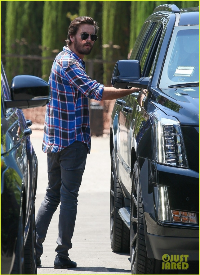 scott-disick-grabs-lunch-with-kourtney-kardashian-and-the-kids-01