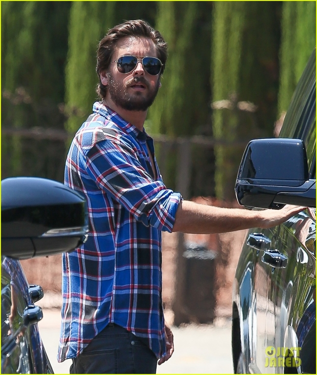 scott-disick-grabs-lunch-with-kourtney-kardashian-and-the-kids-04