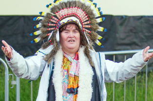 susan-boyle-wears-native-american-headdress-at-music-festival-04
