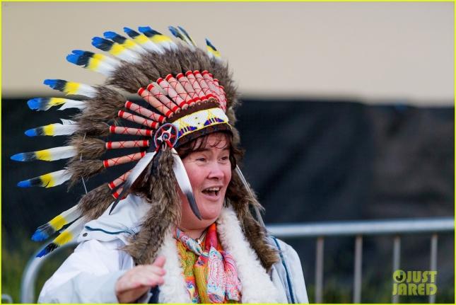 susan-boyle-wears-native-american-headdress-at-music-festival-07