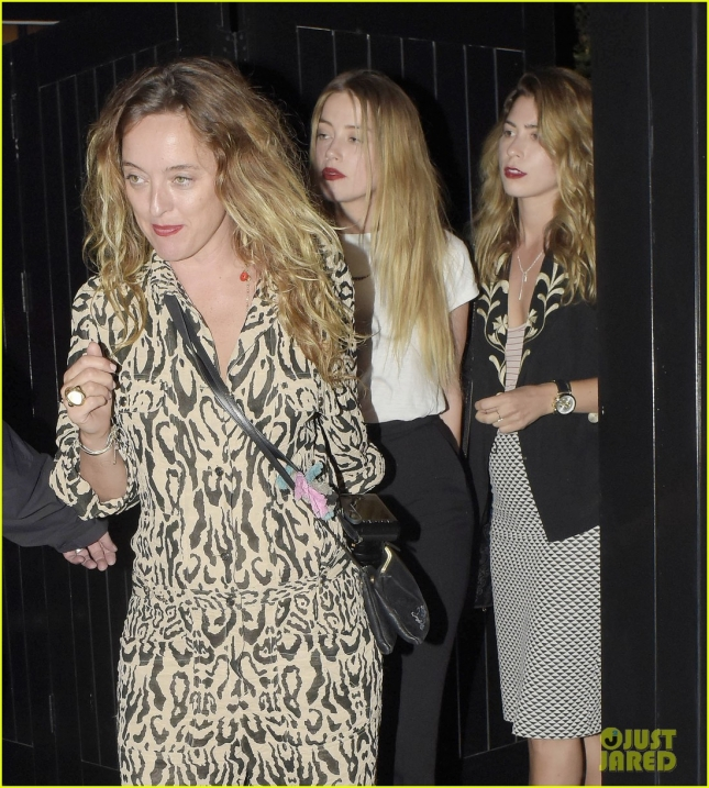 Amber Heard uses her friends to hide from the cameras **USA ONLY**