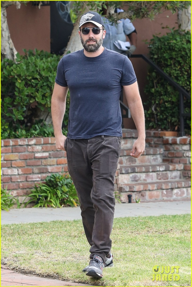 Ben Affleck finally ditches the wedding ring