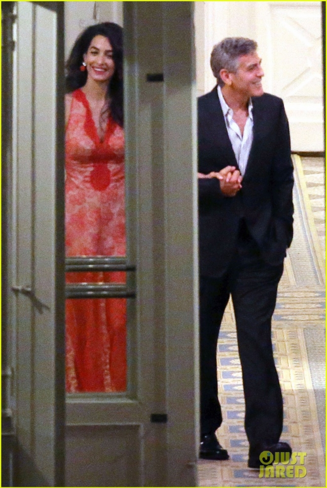 Amal Clooney and George Clooney snuggle up during a romantic dinner in Italy **USA ONLY**