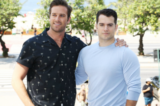 henry-cavill-armie-hammer-pose-by-the-beach-in-rio-22