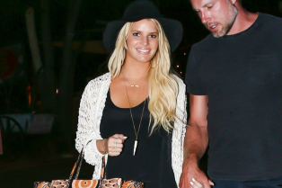 jessica-simpson-gets-back-into-her-daisy-dukes-01
