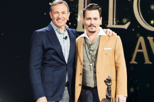 johnny-depp-makes-surprise-appearance-at-disney-d23-expo-03