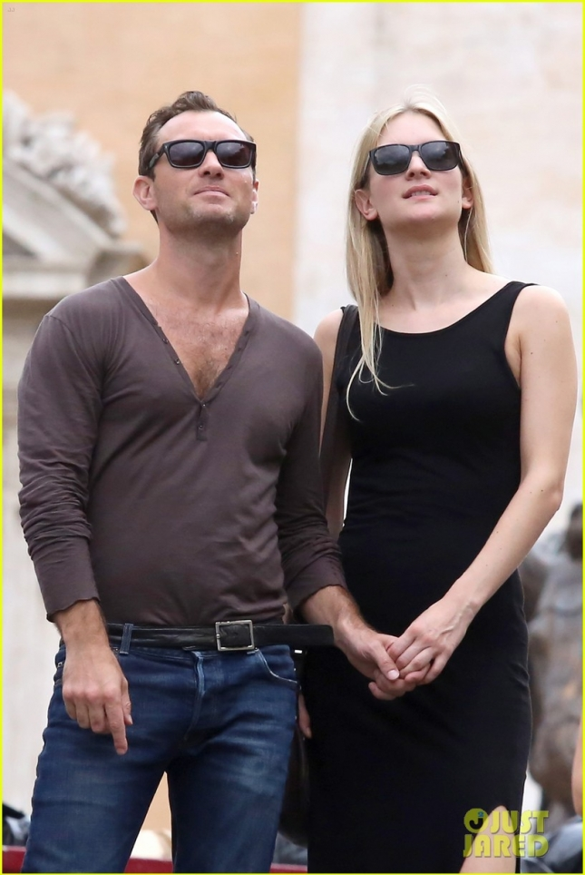 Jude Law and Phillipa Coan playing tourists walking around Rome **USA ONLY**