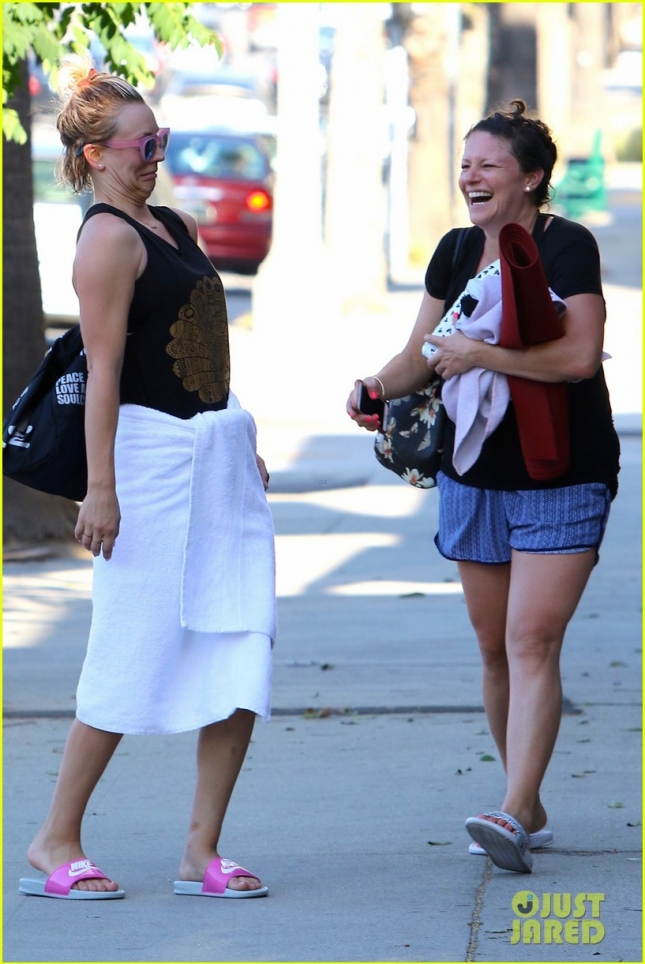 Kaley Cuoco makes Hilarious Faces after Yoga Class **USA ONLY**