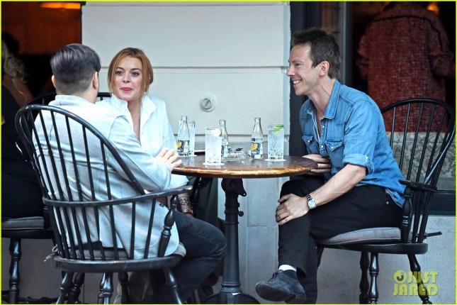 Линдси Лохан на обеде с друзьями