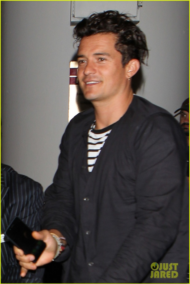 Orlando Bloom Pushes His Own Luggage at LAX