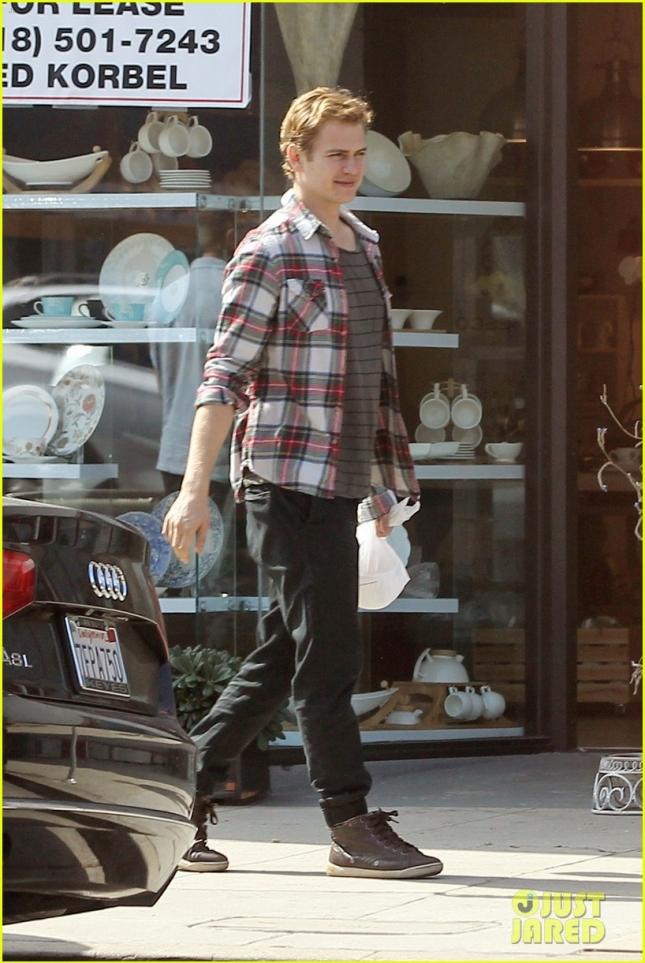 EXCLUSIVE: Hayden Christensen grabs breakfast with some friends at Nate's Deli & Restaurant in Studio City