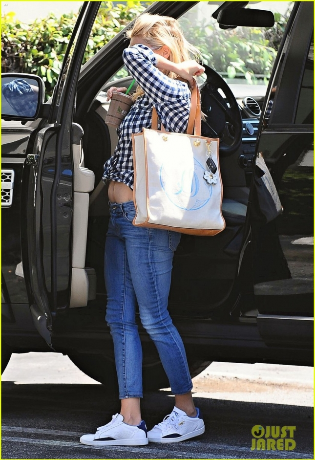Reese Witherspoon Out Shopping In Santa Monica
