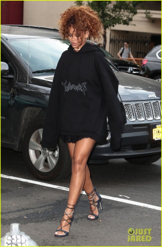Rihanna Spotted Out For Lunch In NYC