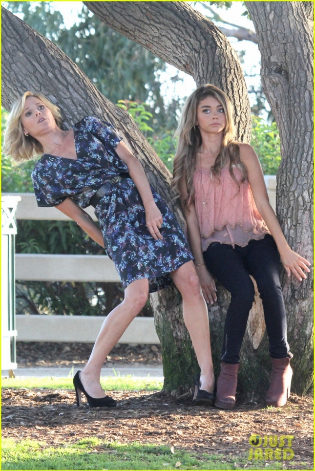 """Sarah Hyland and Julie Bowen emotional and animated on the set of """"Modern Family"""""""