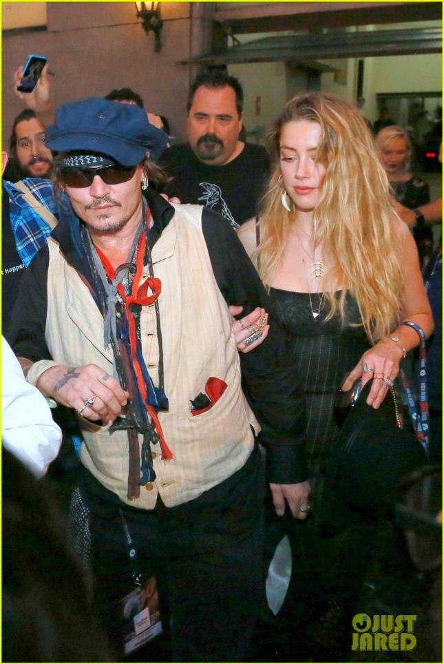 """Джонни Депп с женой Эмбер Хёрд вернулся в отель после выступления на фестивале """"Rock in Rio"""" в Рио-де-Жайнеро"""