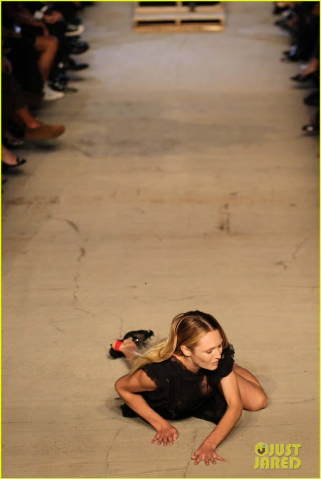 candice-swanepoel-falls-on-runway-during-givenchy-nyfw-show-03