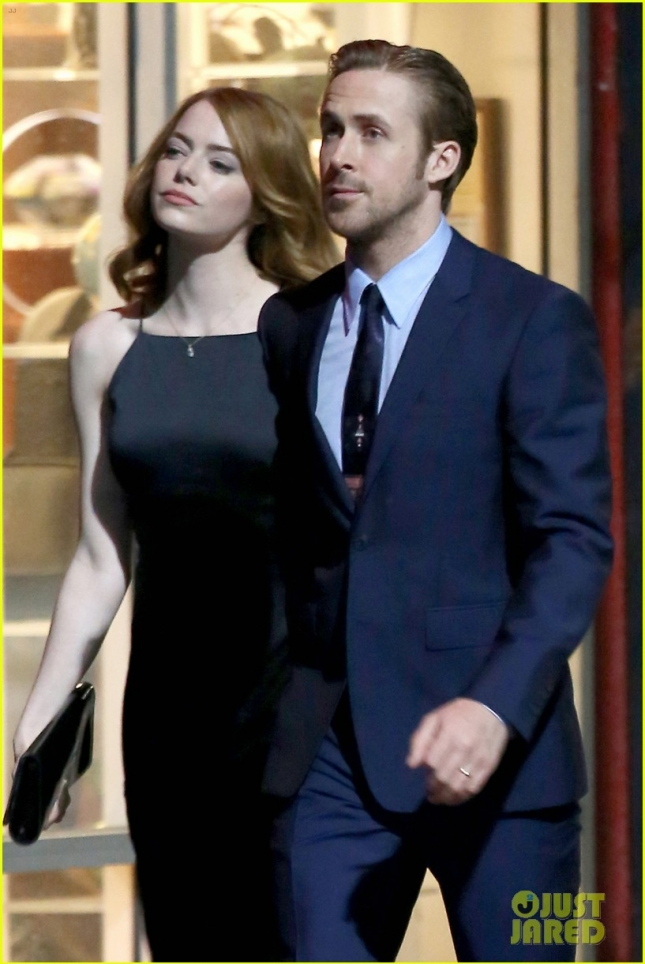 emma-stone-ryan-gosling-hold-hands-look-so-cute-on-set-02