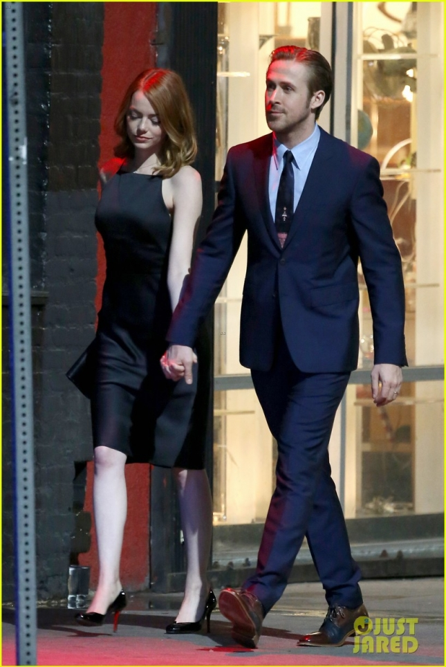 emma-stone-ryan-gosling-hold-hands-look-so-cute-on-set-05