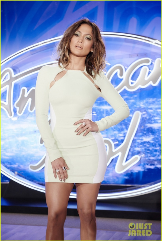jennifer-lopez-stuns-in-tight-dress-at-american-idol-auditions-03