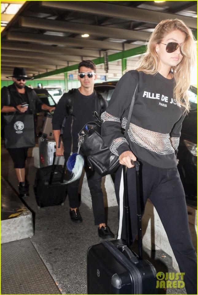 Джиджи Хадид и Джо Джонас в аэропорту Милана