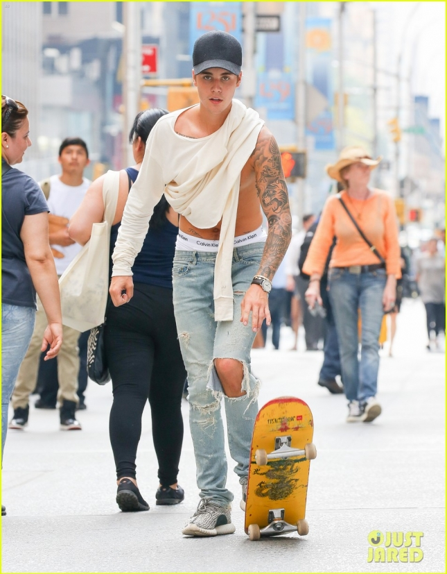 Justin Bieber shows his skills in a skateboard in the streets of New York City