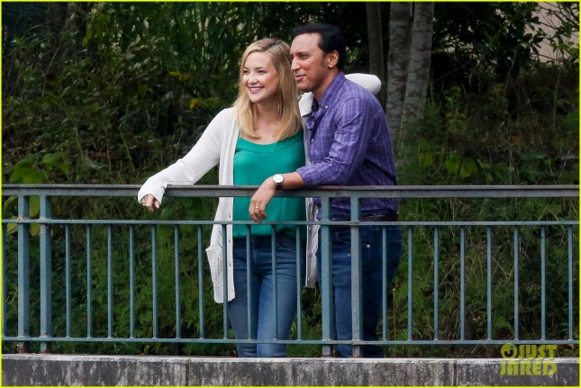 "Kate Hudson and Aasif Mandvi look cute together for ""Mother's Day"""