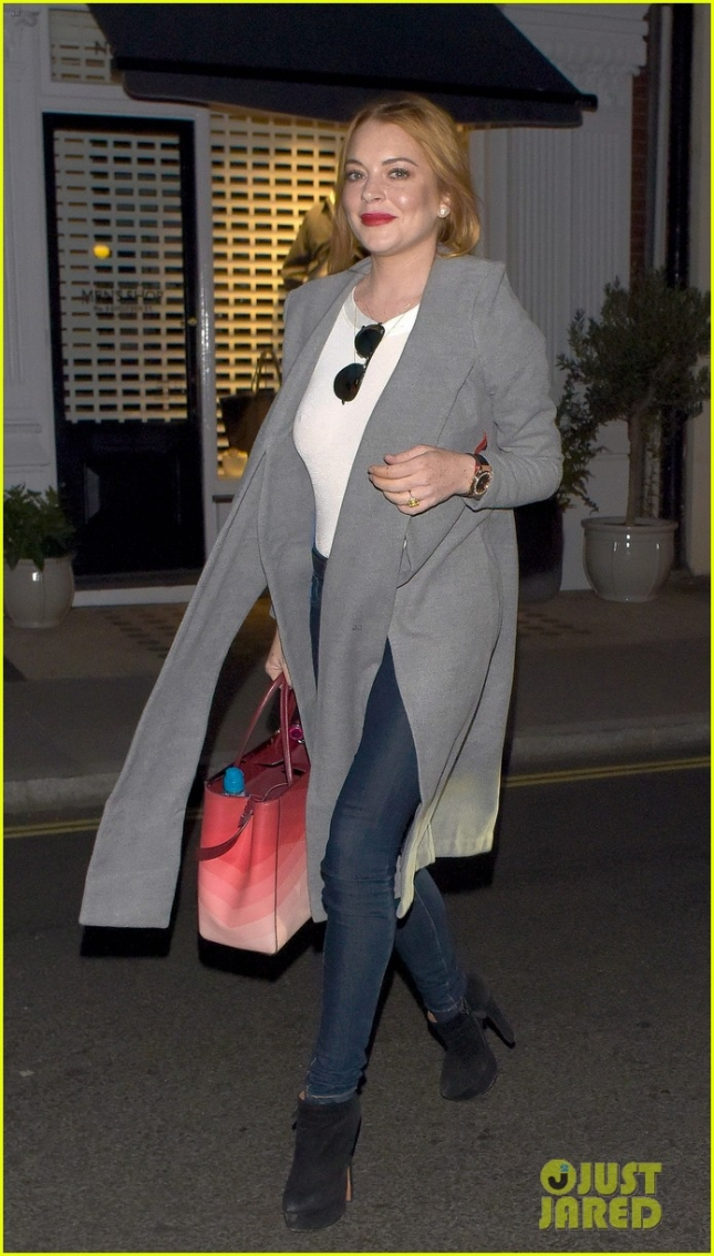*EXCLUSIVE* Lindsay Lohan arrives at Chiltren Firehouse with friends **USA ONLY**