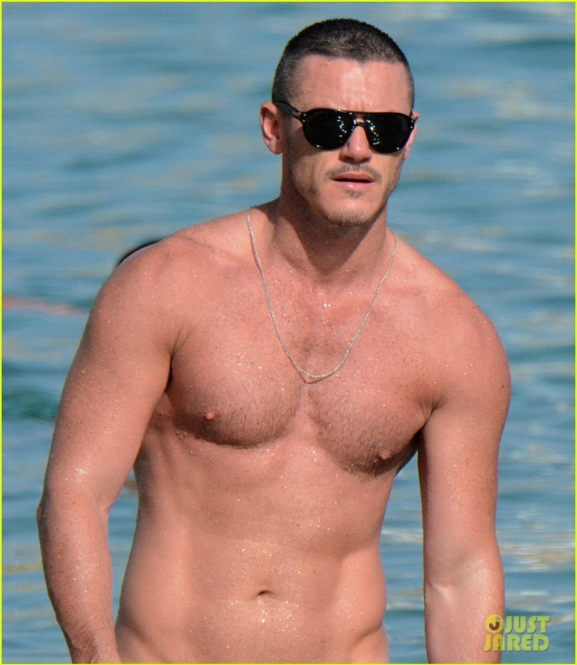 luke-evans-speedo-leaves-nothing-to-the-imagination-09