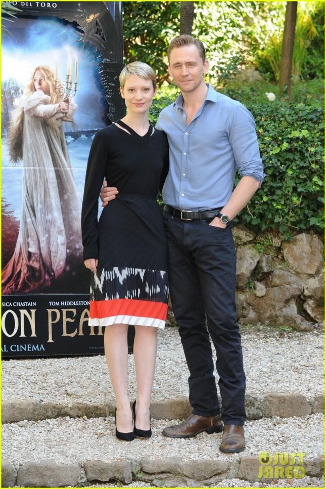 """Миа Васиковска и Том Хиддлстон прилетели на премьеру """"Багрового пика"""" в Рим. 28 сентября состоялся предваряющий премьеру фотоколл."""