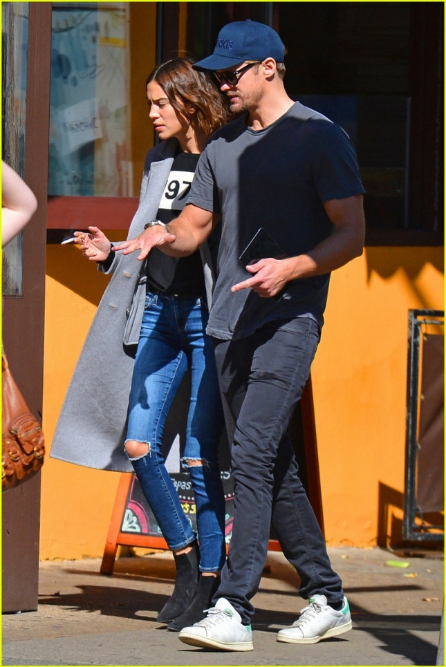 alexander-skarsgard-alexa-chung-make-a-rare-appearance-together-01