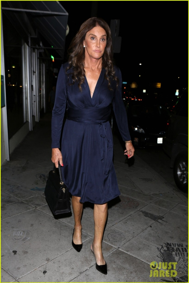 caitlyn-jenner-eats-dinner-at-la-hotspot-jon-vinnys-03
