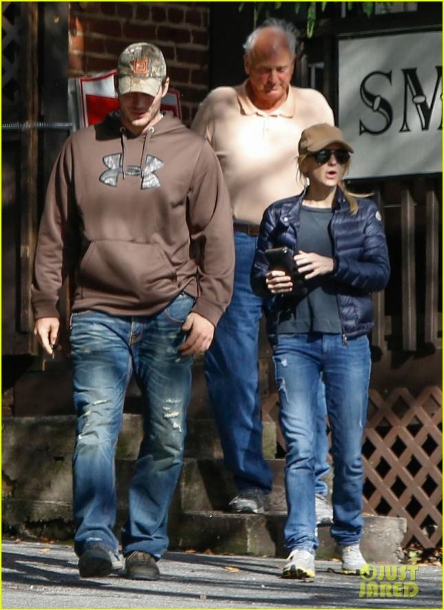 """Крис Пратт пообедал с супругой Анной Фарис в баре """"Smith's Olde Bar"""" в Атланте"""