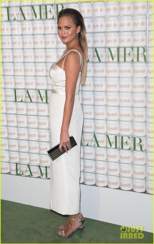 Крисси Тейген впервые появилась на публике после новости о своей беременности на праздновании 50-летия косметической марки La Mer