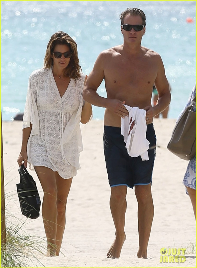 Cindy Crawford & Rande Gerber Out For A Stroll On The Beach