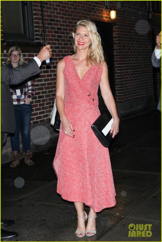 """Клэр Дэйнс посетила шоу Стивена Колберта, занимаясь промоушеном нового сезона сериала """"Родина"""""""