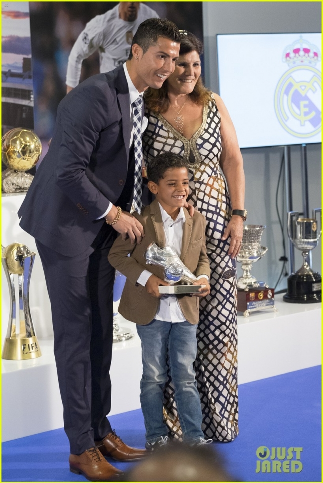 cristiano-ronaldo-real-madrid-leading-scorer-ceremony-02