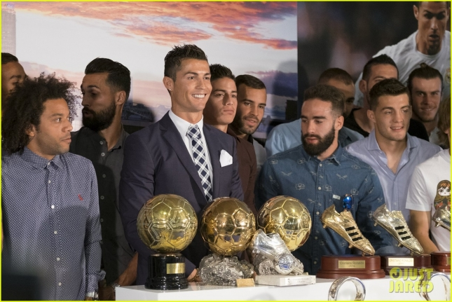 cristiano-ronaldo-real-madrid-leading-scorer-ceremony-05