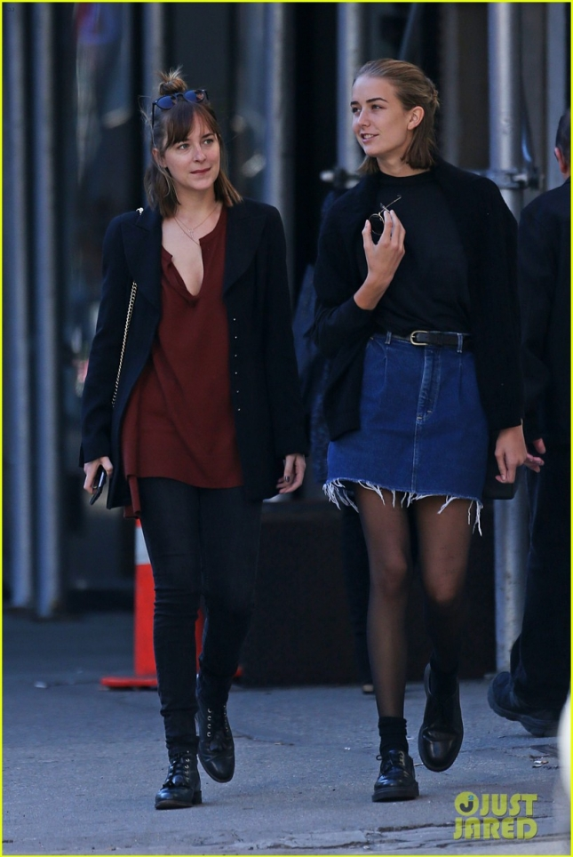 dakota-johnson-sister-grace-shopping-nyc-01