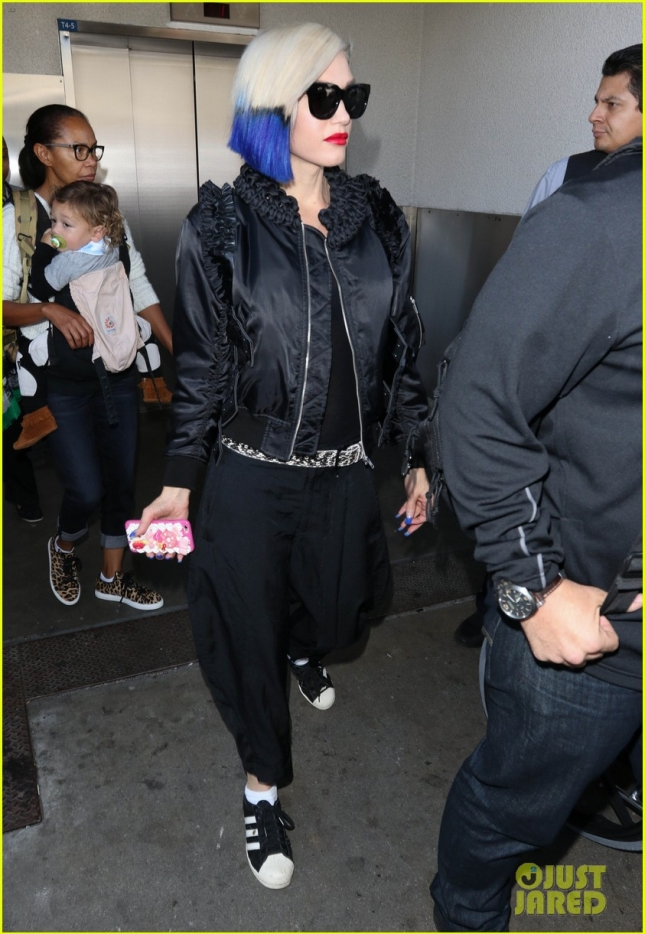 Gwen Stefani Shows Off Her Feathered Blue & Black Hair
