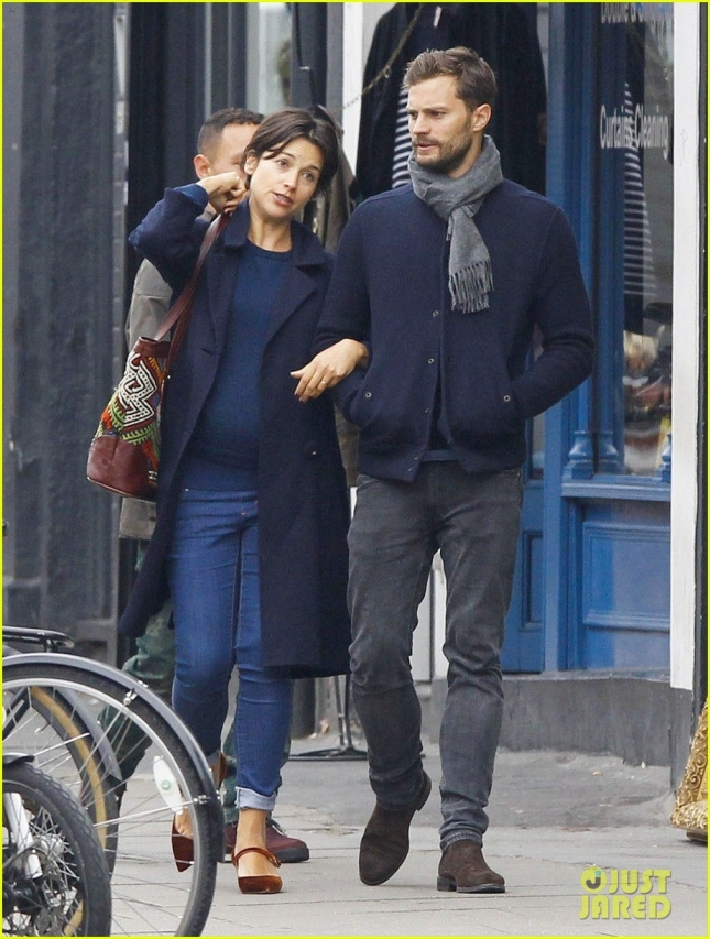 jamie-dornan-walks-arm-in-arm-with-wife-amelia-warner-01