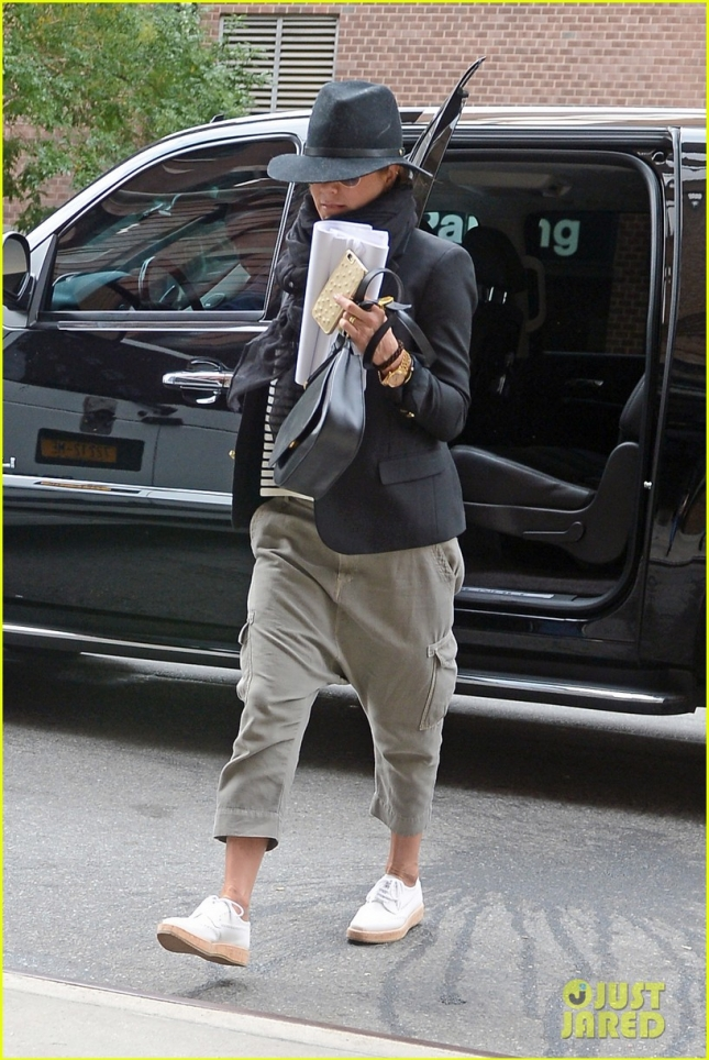 jennifer-aniston-exits-and-enters-hotel-in-nyc-01