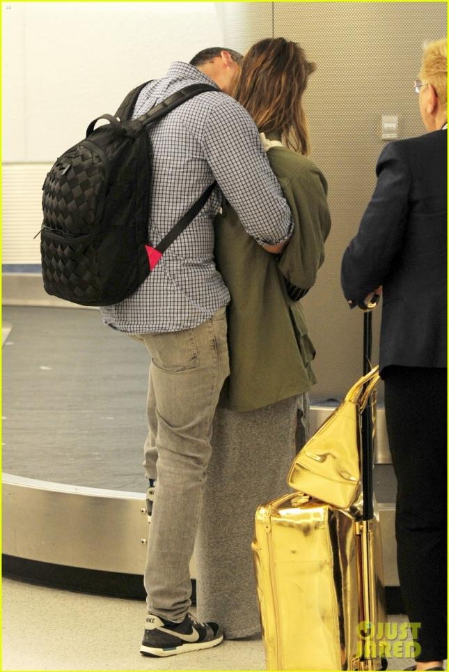 Джессика Альба с мужем в аэропорту MIA
