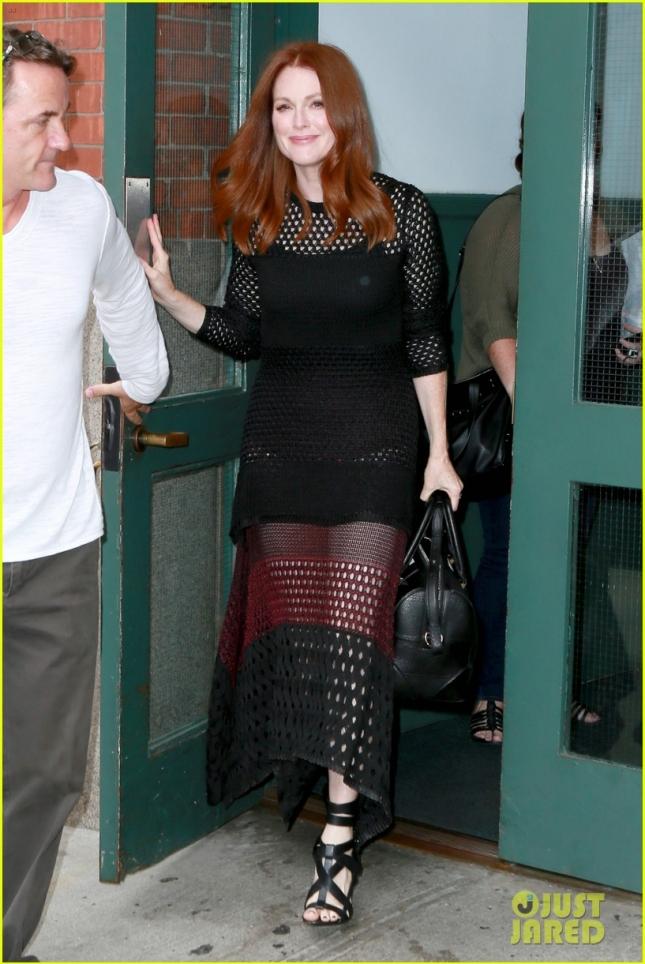 Джулианна Мур покидает свой отель в Нью-Йорке
