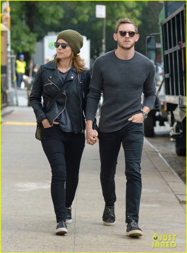 kate-mara-jamie-bell-are-not-afraid-to-show-off-pda-01