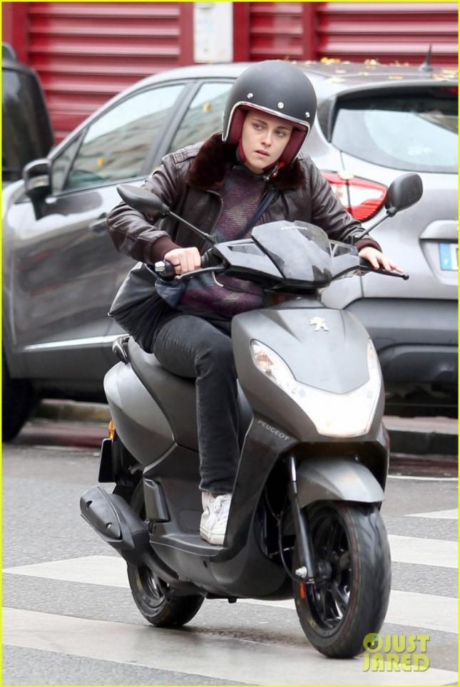 "Kristen Stewart on set filming ""Personal Shopper"" in Paris **USA, Australia, New Zealand ONLY**"