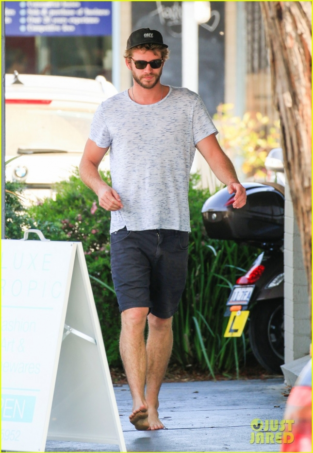 liam-hemsworth-barefoot-in -australia-01